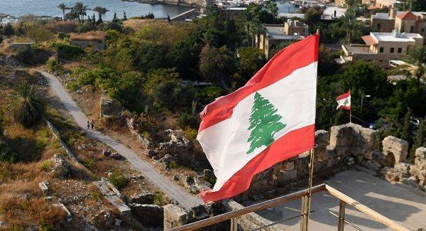 الشرطة اللبنانية تنظم مسيرة صامتة لميناء بيروت وتضع 214 وردة على نصب الشهداء