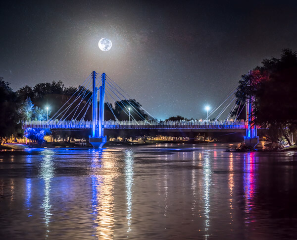 Puente bimodal en el parque Las Riberas en una noche de luna llena