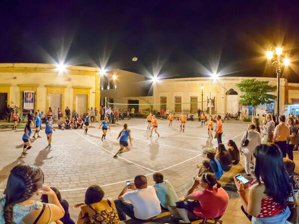 un grupo de niñas jugando pelota en la Plaza de Mocorito