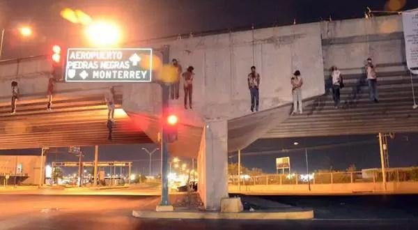 Fotos: Aparecen 23 cuerpos colgados en México