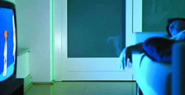 Los peligros de quedarte dormido con la tele prendida