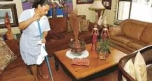 Empleada doméstica parte escoba en la espalda de su jefa