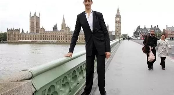 El hombre mas alto del mundo dejó de crecer