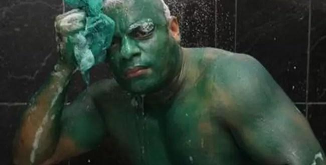 Se tiñe el cuerpo de verde y ahora no se puede quitar la pintura