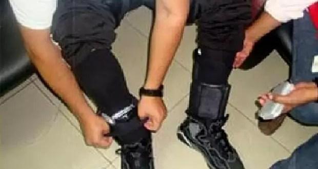 Arrestan a un hombre con 30 celulares de contrabando en los tobillos