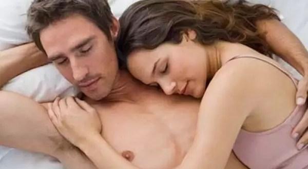 La manera en que duermes con tu pareja afecta tu salud