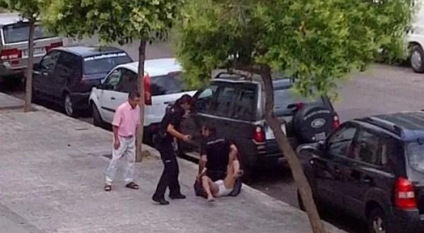 Policía mata a un hombre al sentarse 20 minutos en su pecho