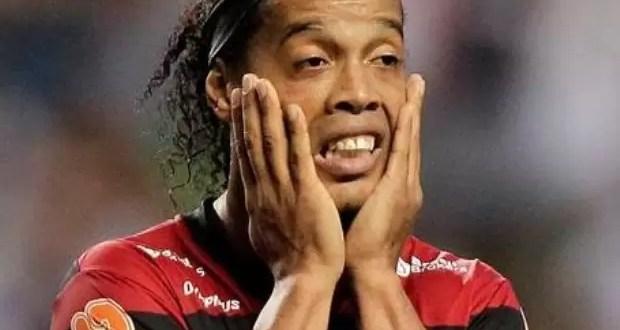 VIDEO: Ronaldinho con una mujer en la concentración