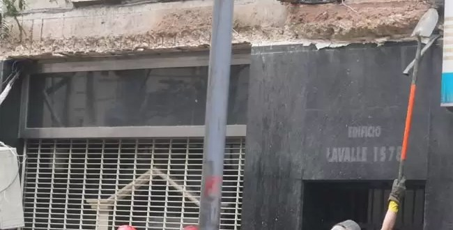 Video: Hombre murió aplastado al caer una marquesina en Tribunales