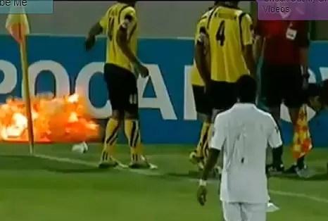 Video: Tiran una granada en pleno partido de fútbol
