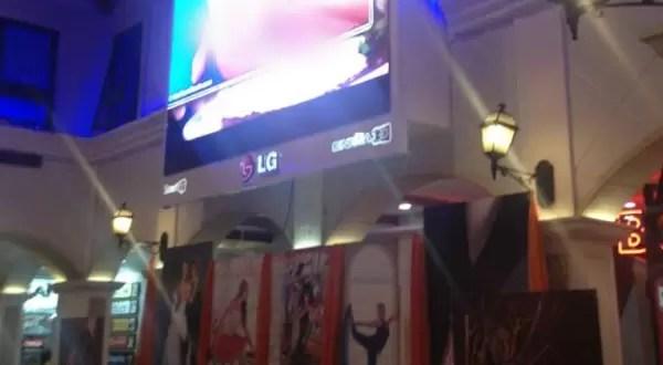 Escándalo: Centro comercial transmite película condicionada en patio de comidas