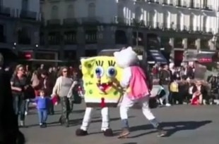 Video: Bob esponja y Hello Kitty a las piñas en la calle
