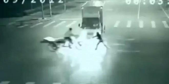 Video increíble: Dos hombres se teletransportan en China