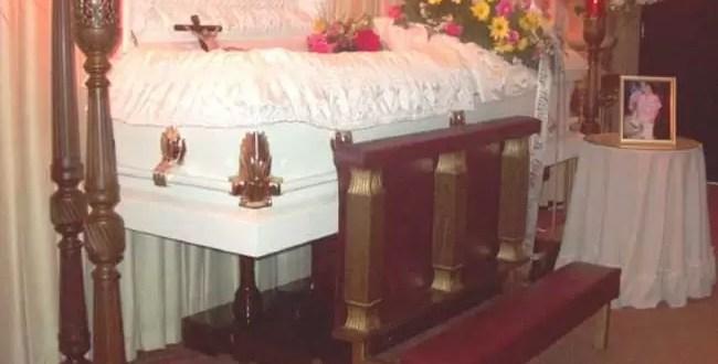 Una mujer ingresó en el velorio de su hijo y se llevó el cuerpo