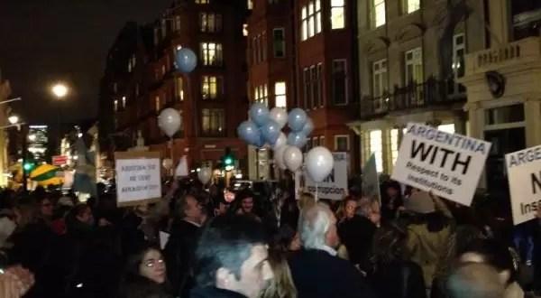 Así fue el cacerolazo argentino en Londres