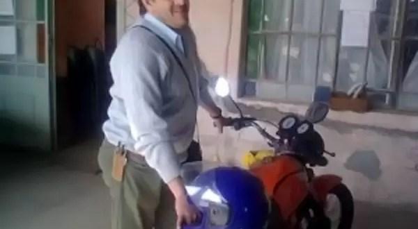 Inspector de tránsito se auto-multó por no llevar casco