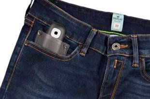 Jeans con dispositivo adherido para actualizar tu estado de Facebook