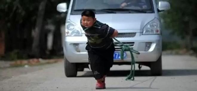 Video: Niño remolca un auto con una soga