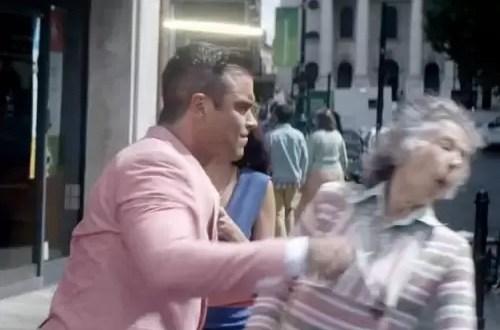 Video: Robbie Williams golpea a una jubilada