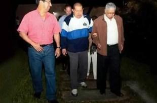 Foto de Hugo Chávez caminando en Cuba