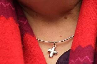 Aerolínea discrimina a una empleada por usar una cruz