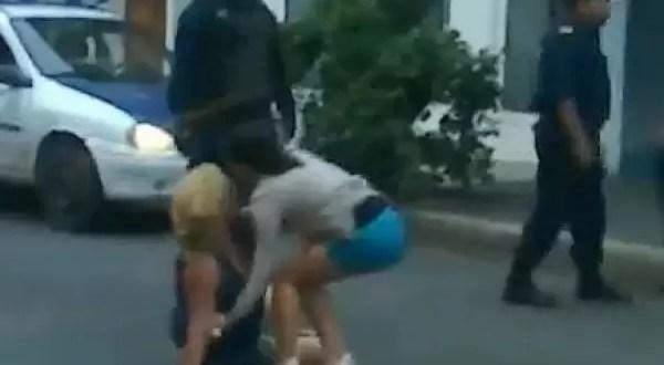 Video impactante: Policía golpea a una mujer