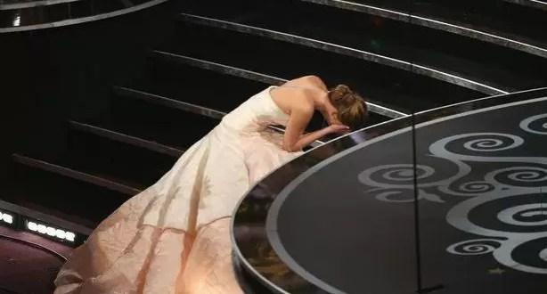 Video: La caída de Jennier Lawrence al recibir el Oscar