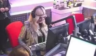 Video imperdible: Ke$ha toca el piano con las lolas