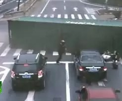 Video milagro: casi muere aplastado por un camión