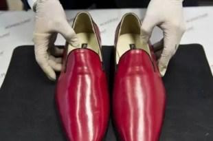 ¿Por qué el Papa usa zapatos rojos?
