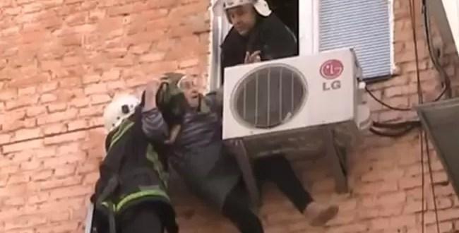 Video: Abuela cae por la ventana y la salva un aire acondicionado