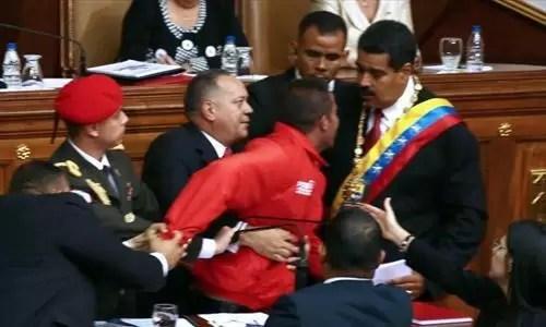 Video: hombre se abalanza sobre Nicolás Maduro durante su juramento