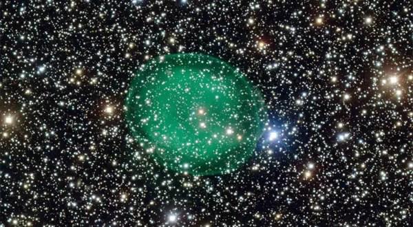 Una nebulosa rodea las estrellas - Foto