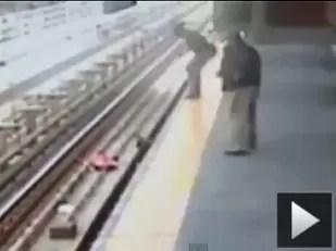 Video: No puso los frenos al carrito del bebé y se cayó a las vías