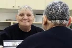 Insólito: Abuela se tatuó la cabeza - Fotos