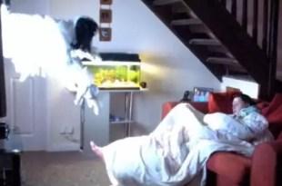 Video: hace broma a su novia y casi la mata del susto