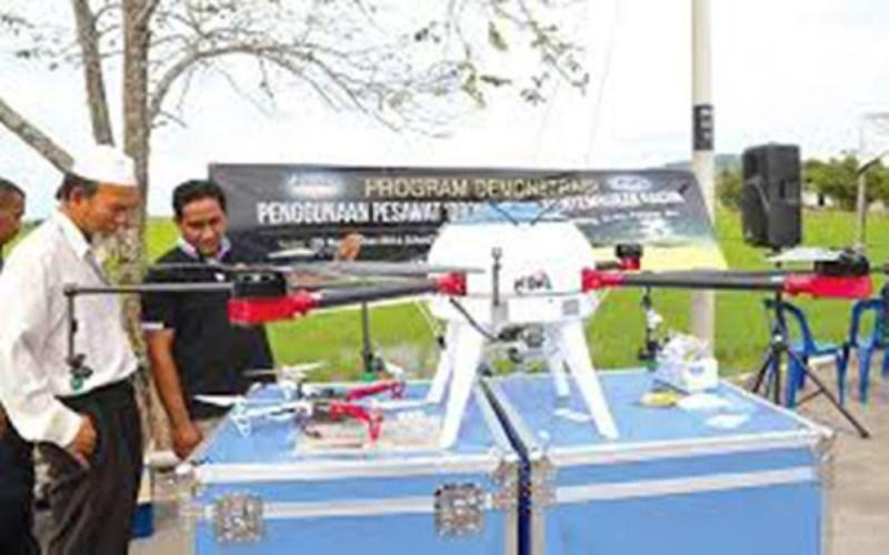 Usahawan tempatan terutama golongan graduan menganggur perlu berani meneroka peluang untuk menceburi bidang pertanian dengan mengadaptasikan teknologi terkini seperti dron.