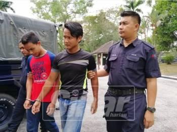 Mohamad Amier Amzar (dua, kanan) dan Muhammad Noor Izwan ketika tiba di Mahkamah Majistret Batu Gajah, pagi tadi.