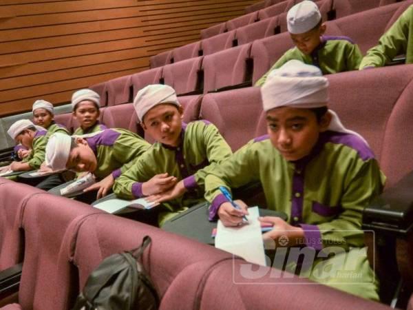 Pelajar-pelajar Maahad Tahfiz Darul Quran Wal Hadis turut menyertai Seminar Al-Hafiz, Simposium Keagungan Al-Quran sempena Majlis Tilawah dan Menghafaz Al-Quran Peringkat Antarabangsa ke-61 di Pusat Konvensyen Kuala Lumpur (KLCC) di sini, semalam.