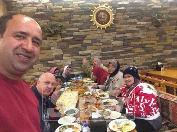 Peserta rombongan menikmati makan tengahari di restoran di Istanbul.