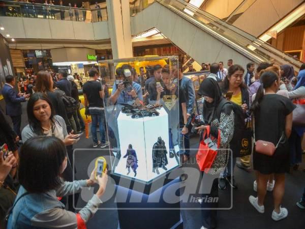 Orang ramai mengambil peluang melihat lebih dekat watak superhero di ruang pameran pusat membeli-belah itu.