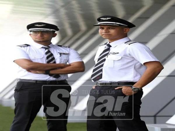 Fiq (kiri) dan Azri sentiasa ingin memberikan perkhidmatan terbaik kepada penumpang AirAsia.