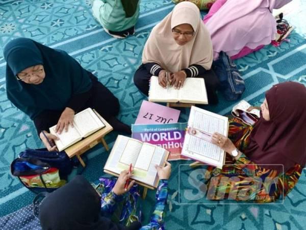 Para peserta sedang membaca ayat-ayat suci Al-Quran.
