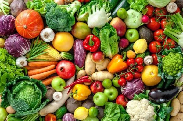 Amalkan pemakanan sihat dengan menikmati sayur-sayuran dan buah-buahan.