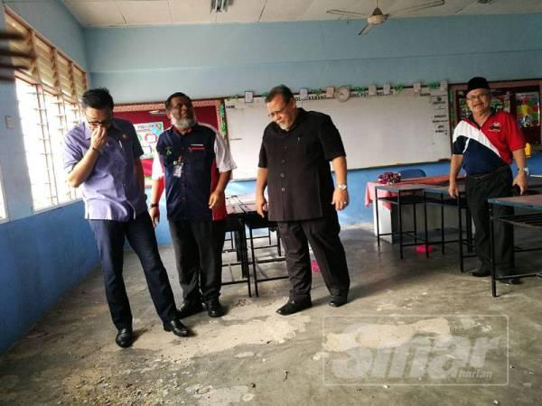 Keadaan pencemaran najis burung dalam sebuah kelas di tingkat atas SK Tanjung Puteri Resort.