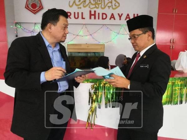 DR TAUFIQ (kiri) berbincang dengan Pengarah Jabatan Agama Islam Wilayah Persekutuan, Mohd Ajib Ismail tentang dunia dakwah.