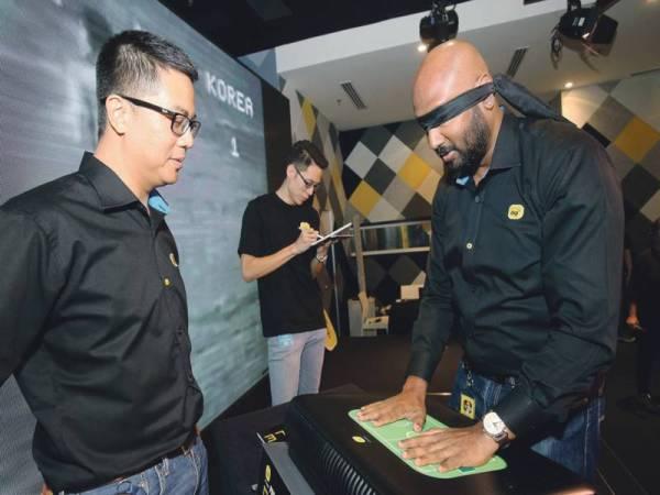 KETUA Pegawai Hal Ehwal Korporat Digi, Joachim Rajaram mencuba teknologi prototaip Footbraille.