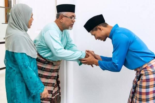 TAAT dan berbuat baiklah kepada kedua ibu bapa selagi mana mereka tidak memerintahkan kita agar melakukan perkara yang bertentangan dengan syariat.