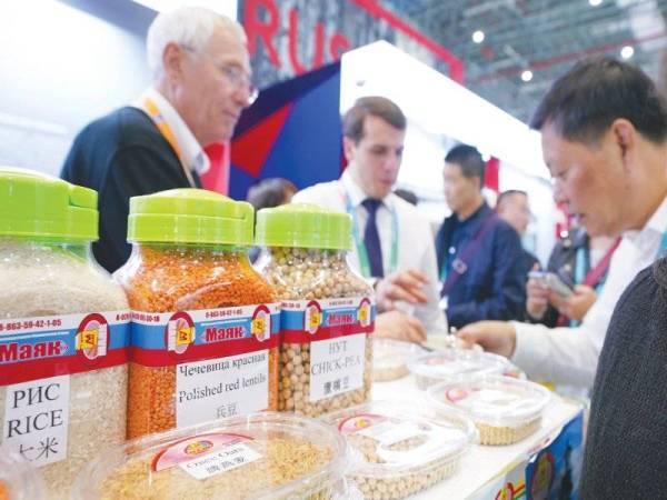 Pengunjung mengenali produk bijirin di gerai pameran syarikat Rusia di CIIE pertama di Shanghai pada 6 Nov 2018. Pelbagai makanan dari seluruh dunia dipamerkan di CIIE. - Foto: Xinhua