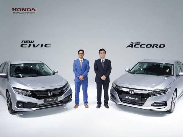 Ketua Pegawai Operasi Honda Malaysia, Sarly Adle Sarkum (kiri) dan Toichi Ishiyama (kanan) pada majlis pelancaran Honda Civic dan Accord Serba Baharu di Petaling Jaya pada Rabu lalu.